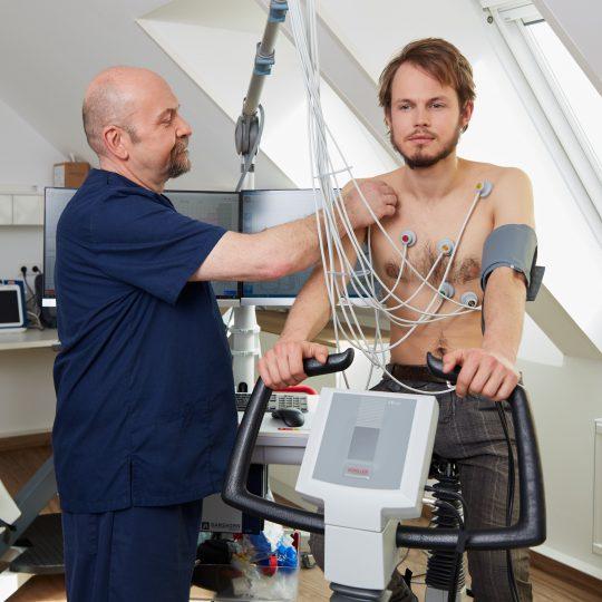 Arztassistent Thomas Rüscher bereitet einen Patienten auf das Belastungs-EKG vor.