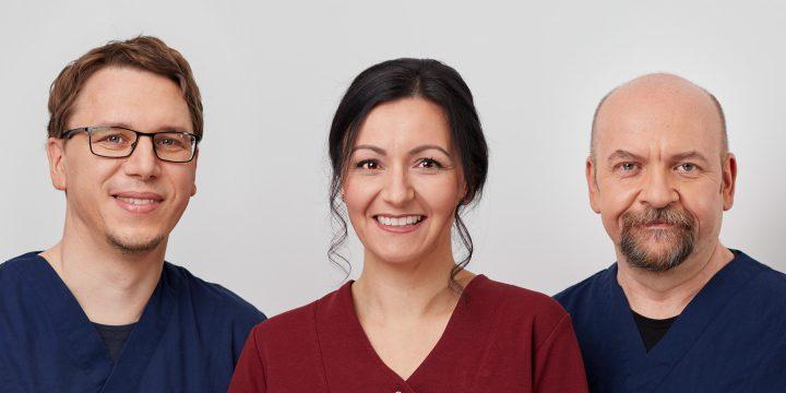 Dr. Christian Ehrhardt, Jeannine Ehrhardt und Assistent Thomas Rüscher stehen nebeneinander.